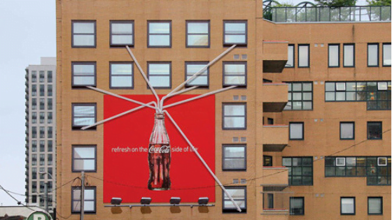 Street marketing de Coca Cola sur la facade d'un immeuble