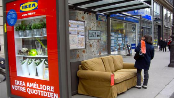 Street marketing Ikea réalisé à l'aide d'un arrêt de bus