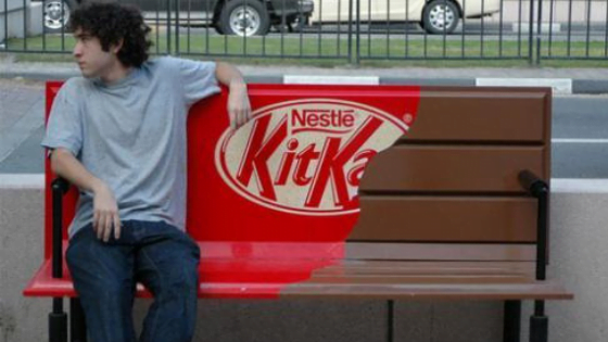 Street marketing de KitKat à l'aide d'un banc