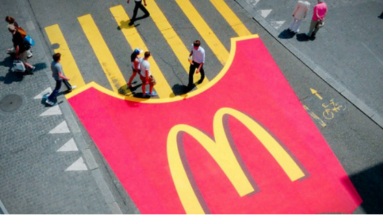 Street marketing de McDonald's réalisé sur un passage piéton